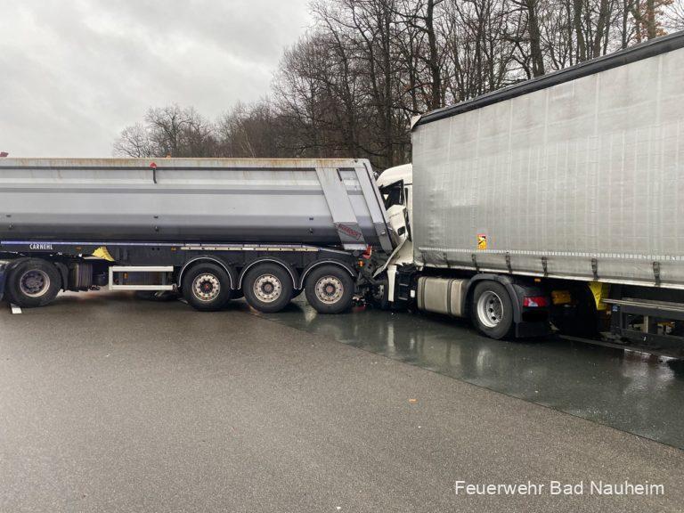Eingeklemmter LKW-Fahrer nach Unfall